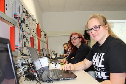 Mädchen an Laptops nehmen am Projekt Select Mint teil